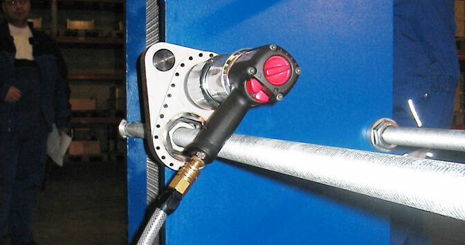 Pneumatic torque wrench PDS on a head exchanger - 1